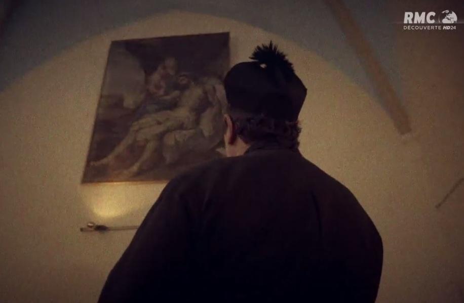 Dans le reportage, l'abbé Boudet vu de dos.